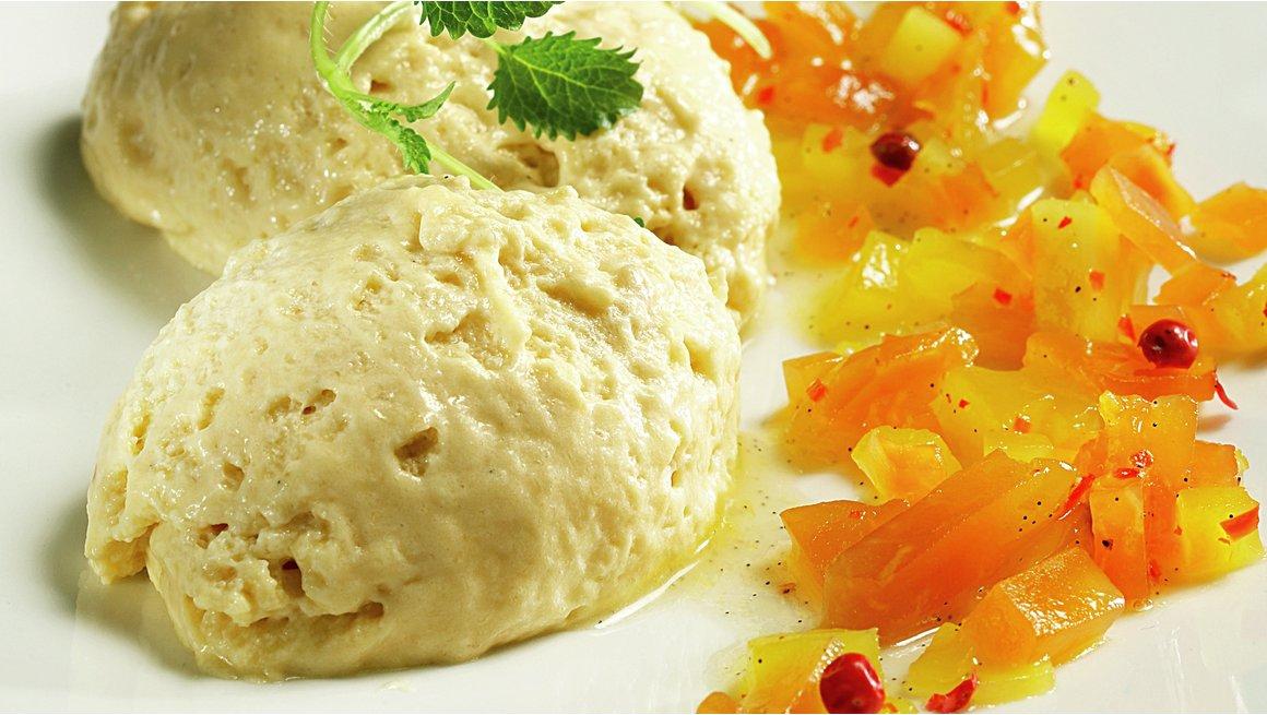 Konjakk-fromasj med mango og papayachutney