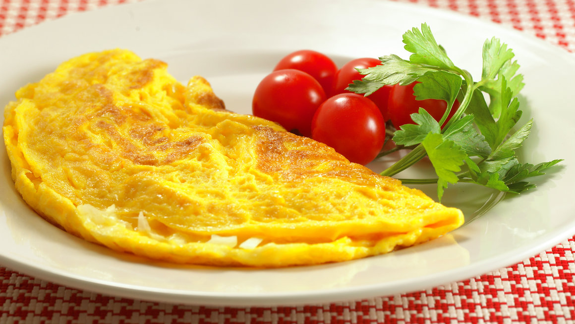 Omelett med ost og løk