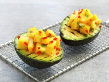 Grillet avokado med mango og chili