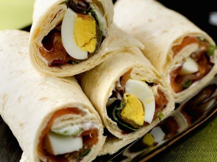 Wraps med egg og røykelaks