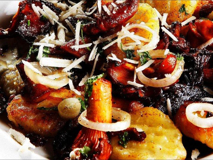 Kantareller og gnocchi med sprøstekt spansk spekepølse