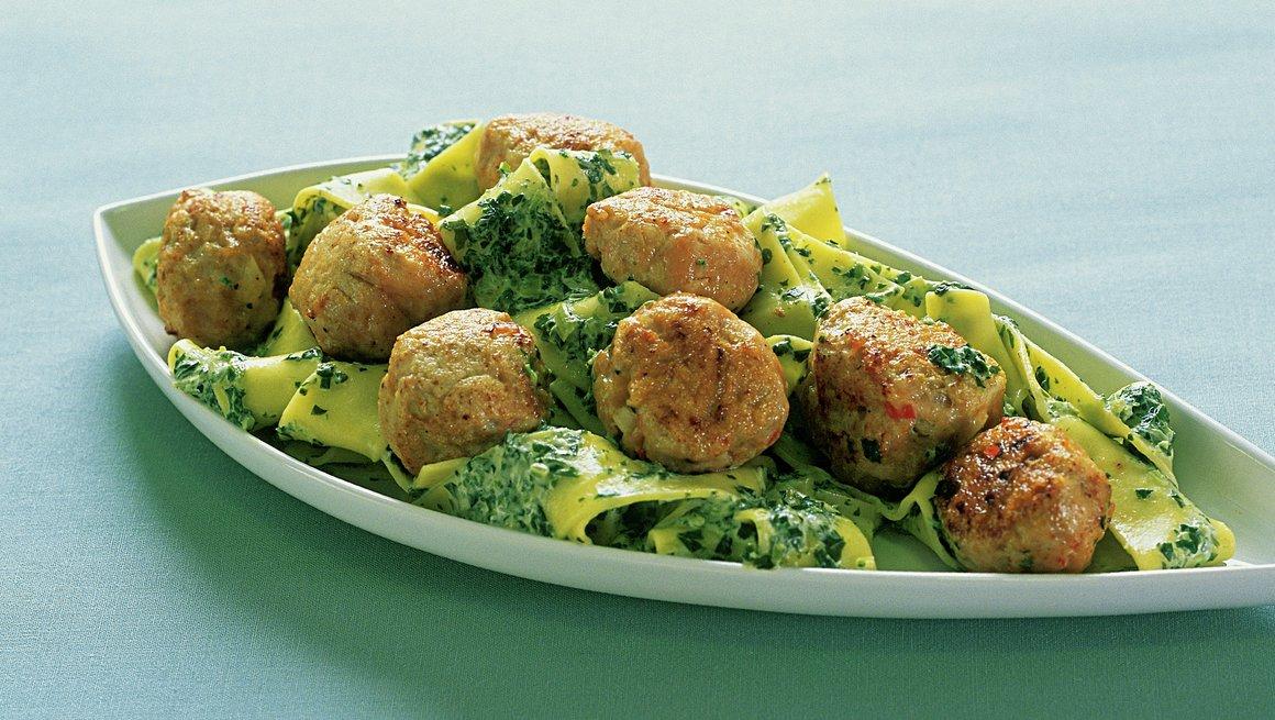 Kyllingkjøttboller med spinatpasta
