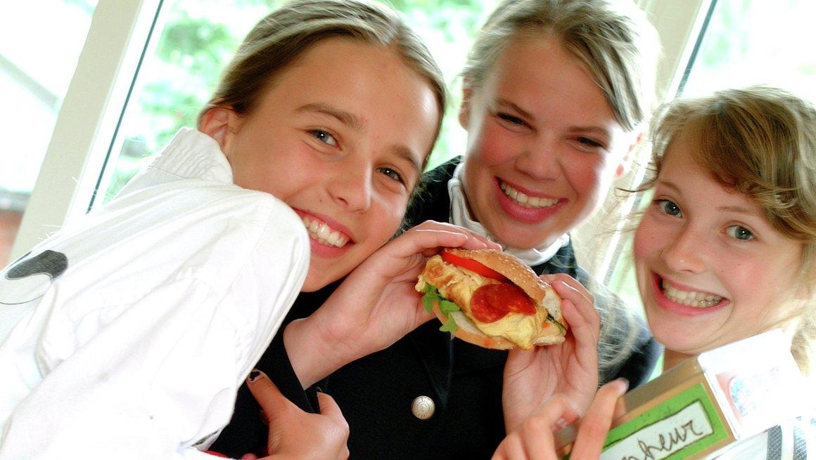 Thea Sophie, Stine og Elisabeth koser seg med selvkomponert burgeromelett