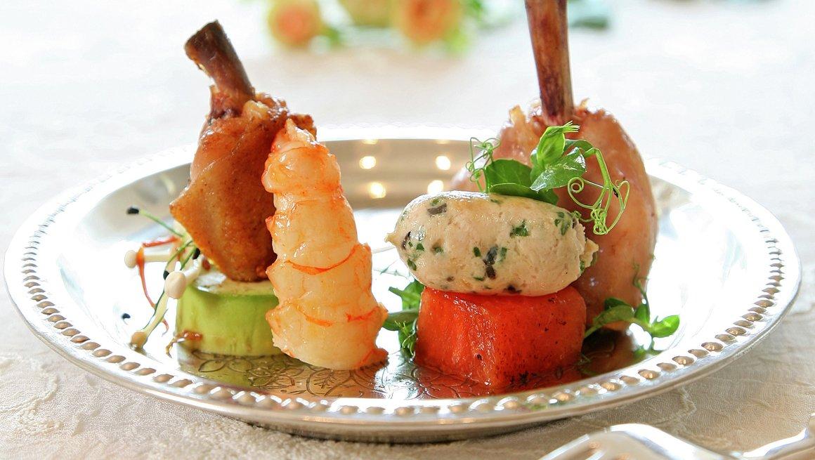 Kyllingvinger med sjøkreps, avokado og spiresalat, og Kyllingklubber med kylling- og trøffelpølse og grillet vannmelon