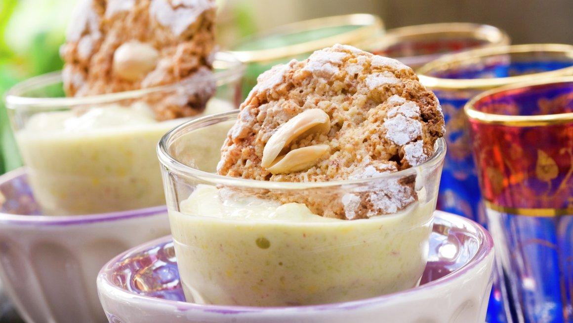 Hurtig is med rabarbra med søte marokkanske mandelkjeks