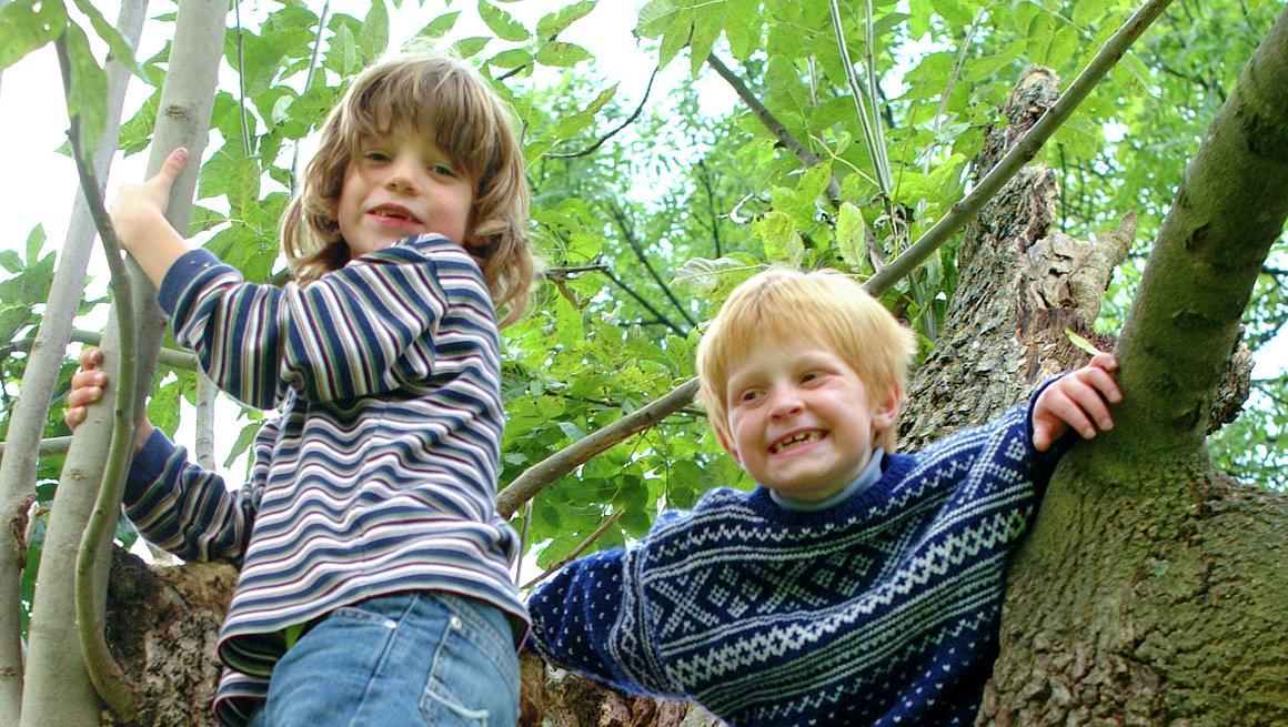 Barn klatrer