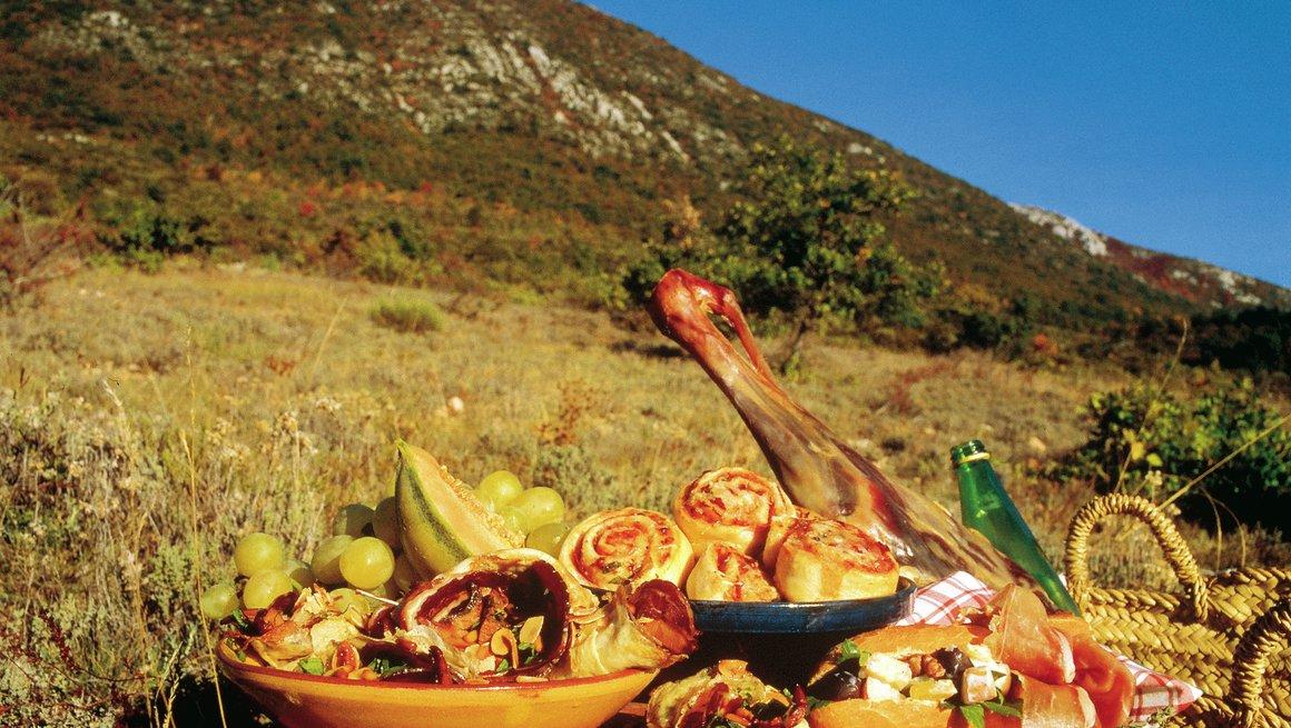 Picnickurv med spekemat, salamisnurrer og urtepannekaker