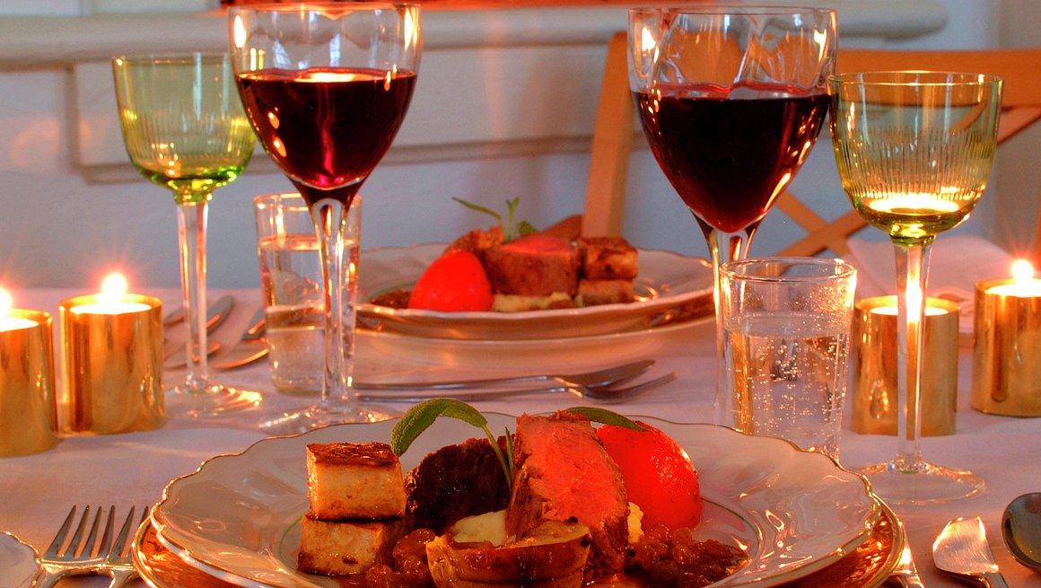 Helstekt kalvefilet med bakt tomat og sellrerirot, lime-potetpuré og calvadossaus med søte rosiner - hovedrett nyttårsmeny 1