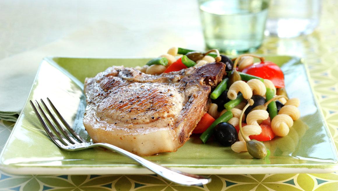 Koteletter med oliven- og kaperspasta