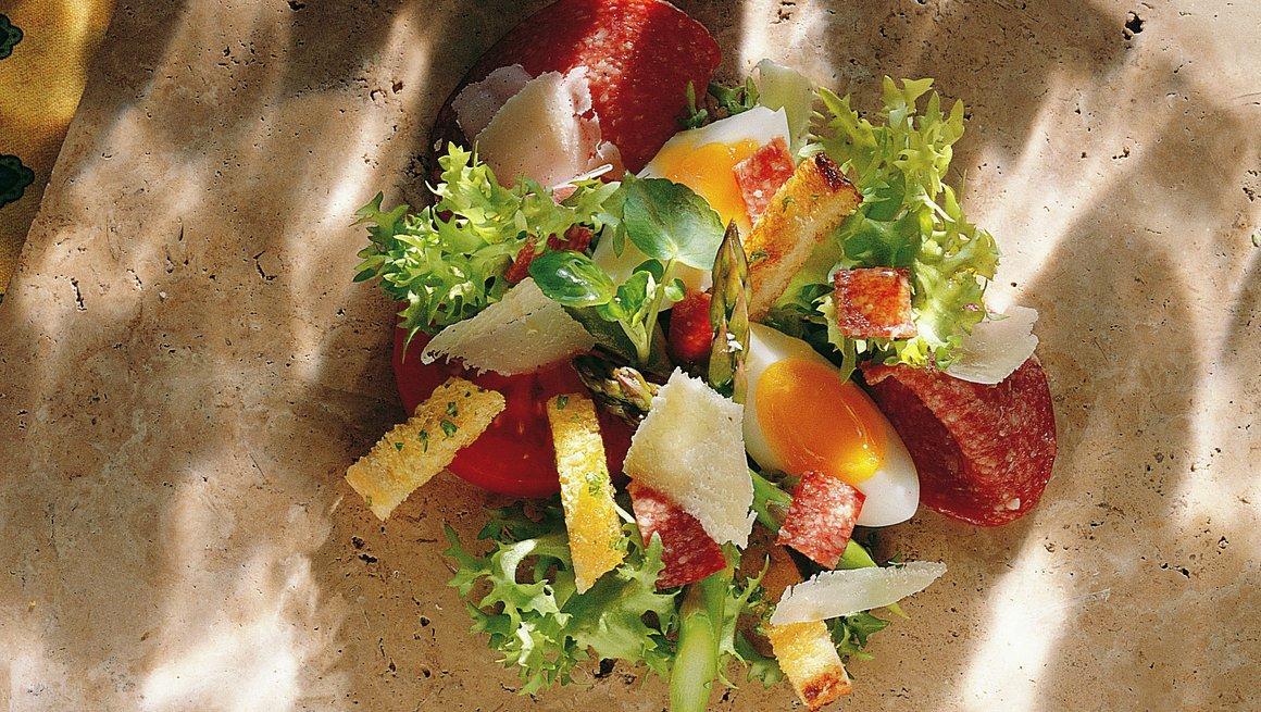 Salat med salami og egg