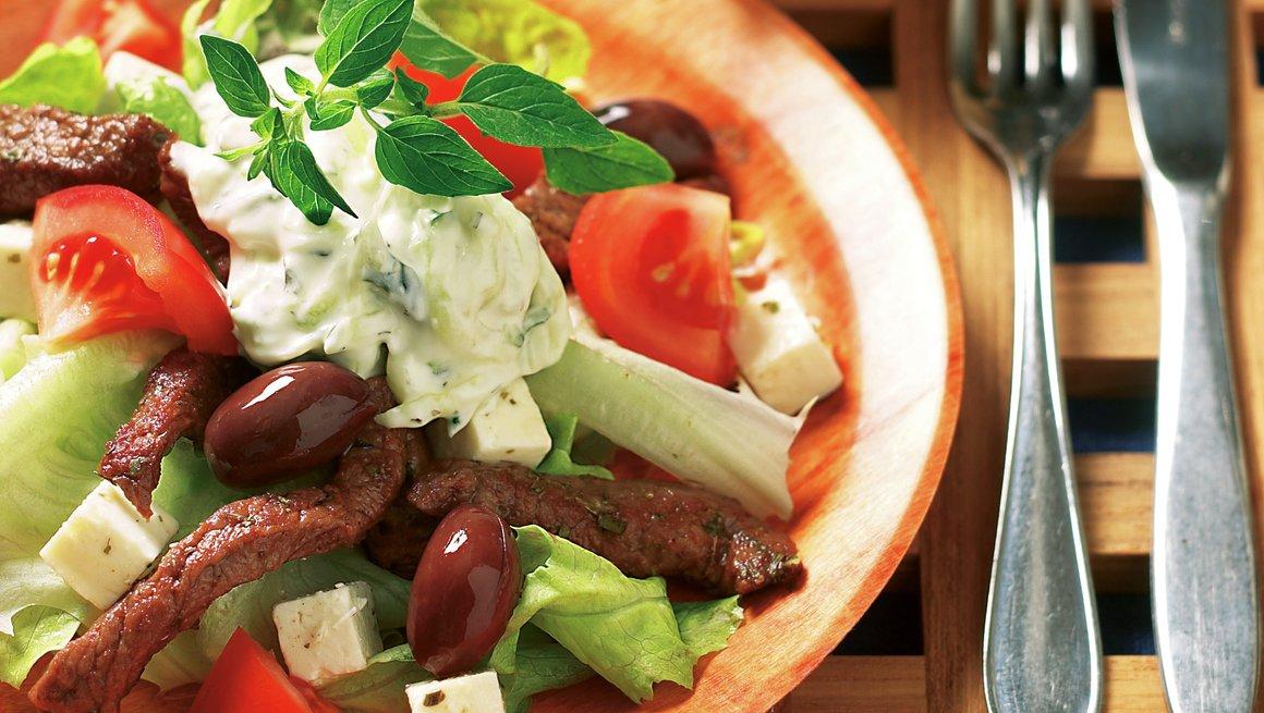 Gresk salat med biffstrimler