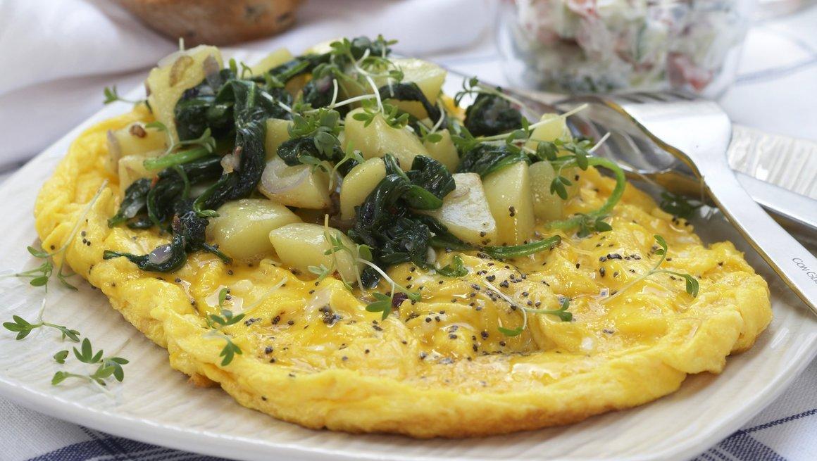 Flat omelett med potetspinat og raita