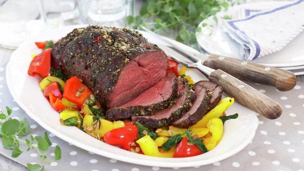 Helstekt roastbiff med bakt paprika- og spinatsalat