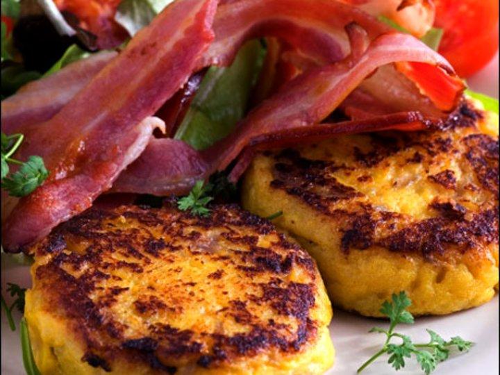 Potetkaker med bacon og løk