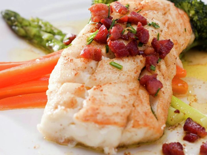 Pannestekt torsk med bacon- og gressløksmør