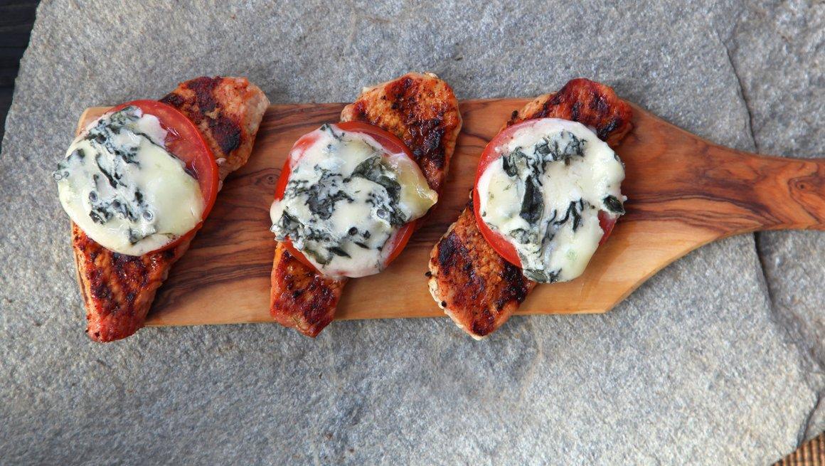 Skinkebiff med blåmuggost og tomat