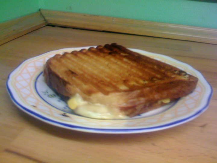 Ostesmørbrød fylt med skinke, løk og pesto