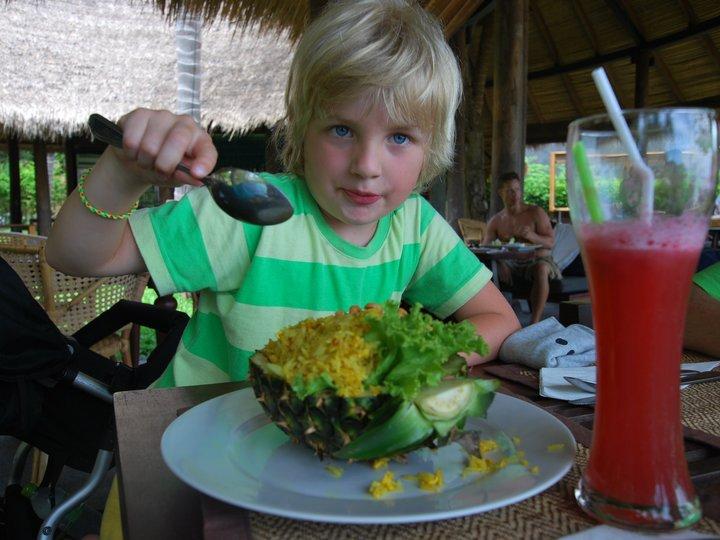 Theos stekte ris i ananas