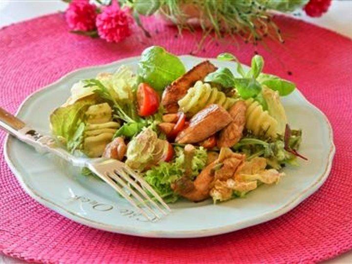 Kyllingsalat med pasta og pesto