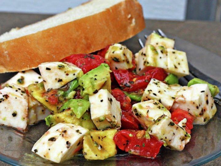 Tomat- og avocadosalat med mozzarella