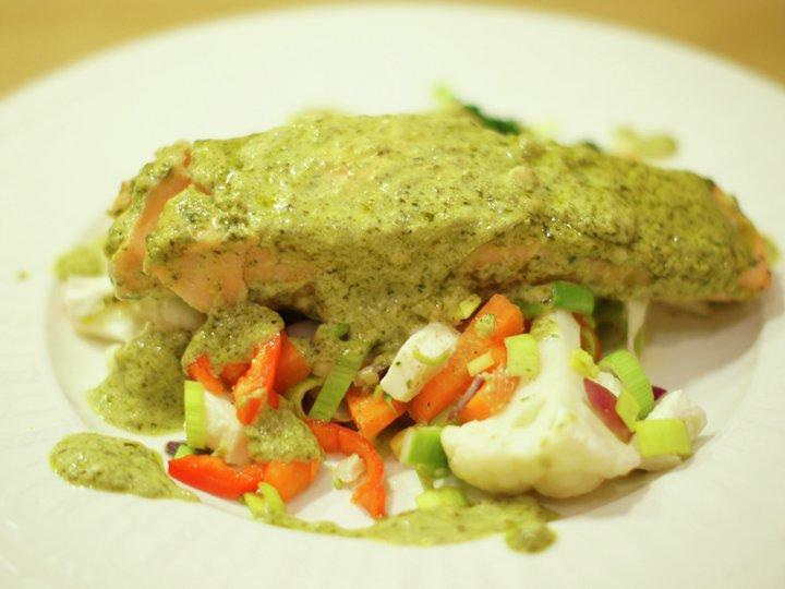 Laks med pesto og ovnsbakte grønnsaker
