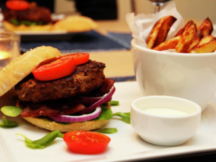 Chiliburger med bacon og hvitløkskrem