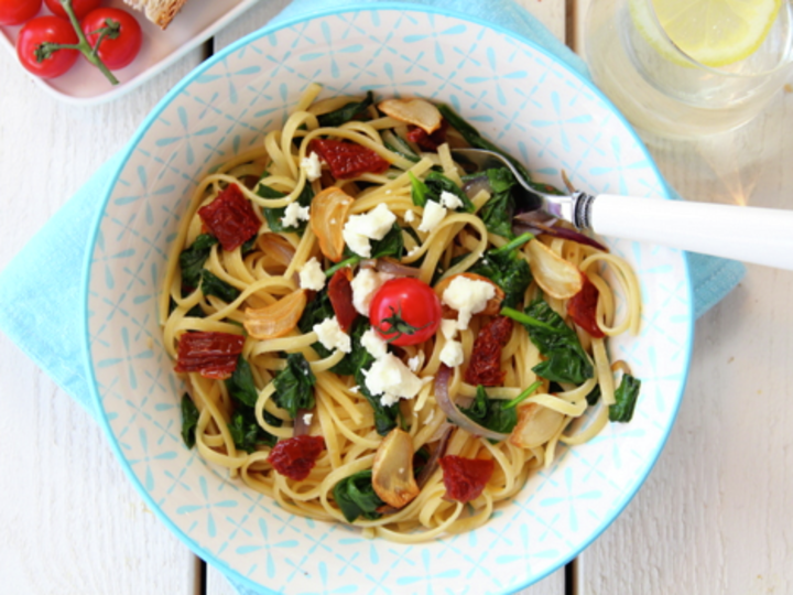 Spaghetti med spinat, soltørket tomat, hvitløkschips og feta