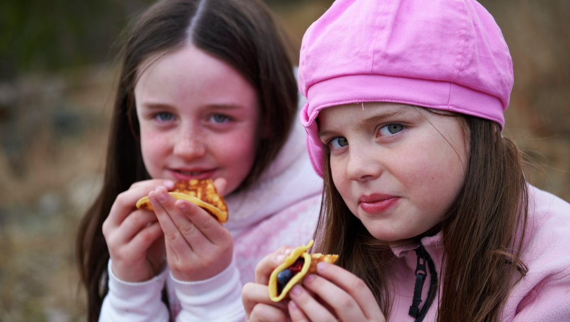Jenter spiser lapper 2
