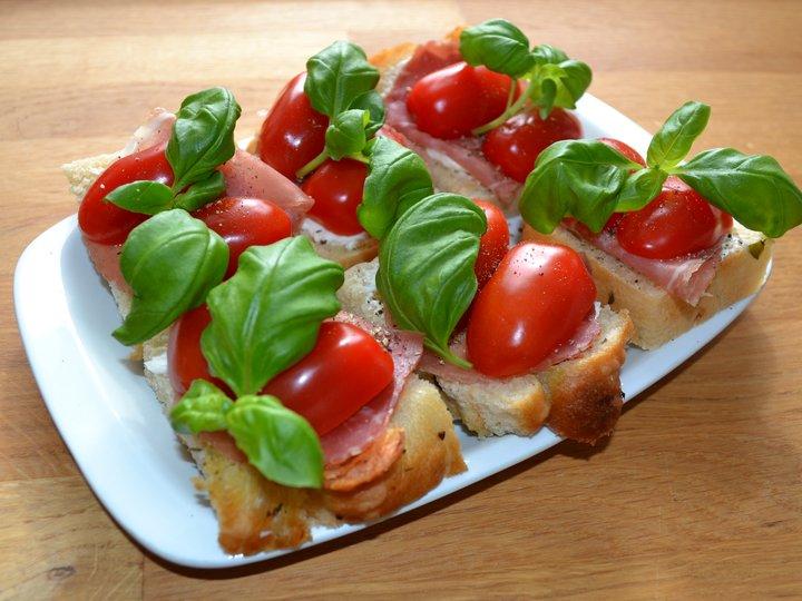 Focaccia med spekeskinke og cherrytomat
