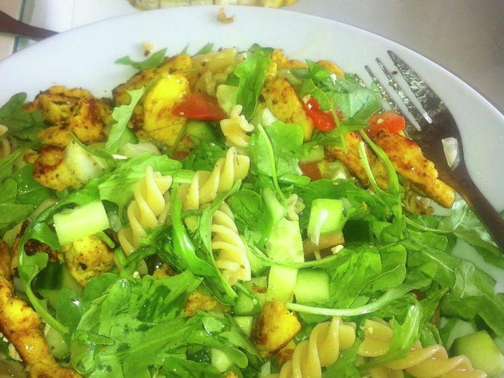 Salat med pasta, apetina feta og kylling med karri
