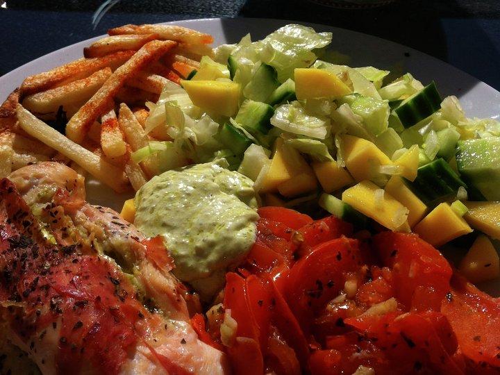 Grillet kyllingfilet med spekeskinke, pommes frites, mangosalat og stekt tomat