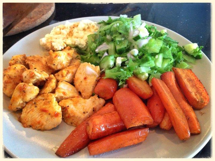 Spicy kylling med grønn salat og balsamicokaramelliserte gulrøtter