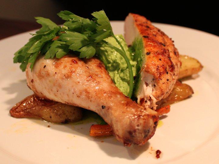 Pannestekt kylling med ovnsbakte grønnsaker og persillesmør.