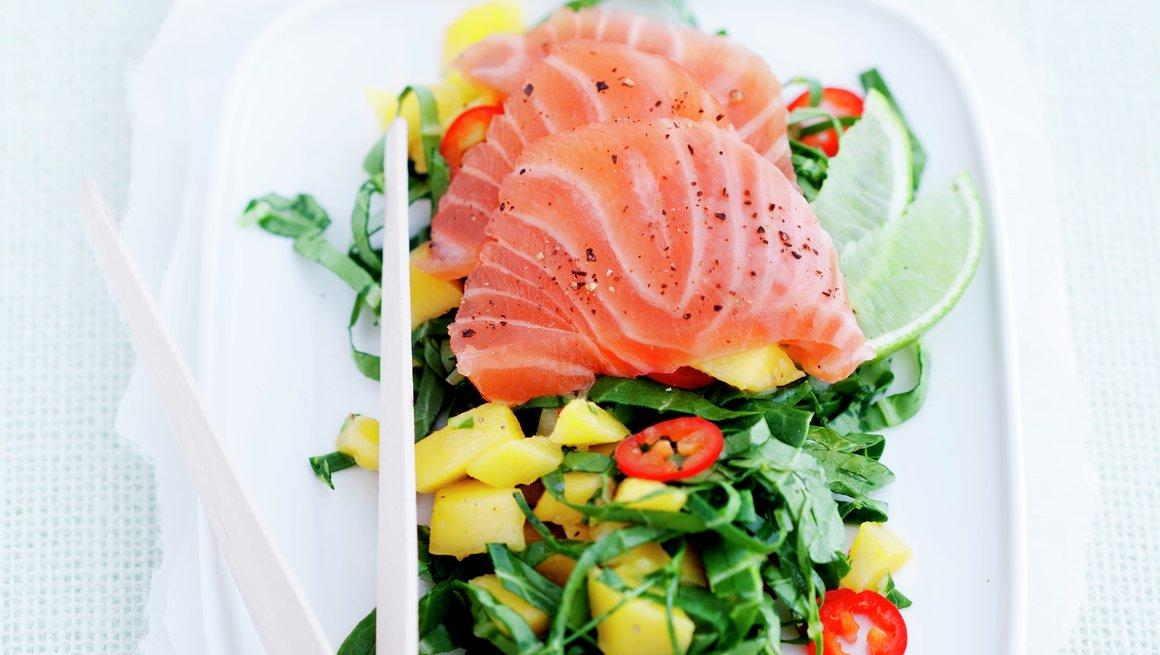 Salat med sashimi og mango