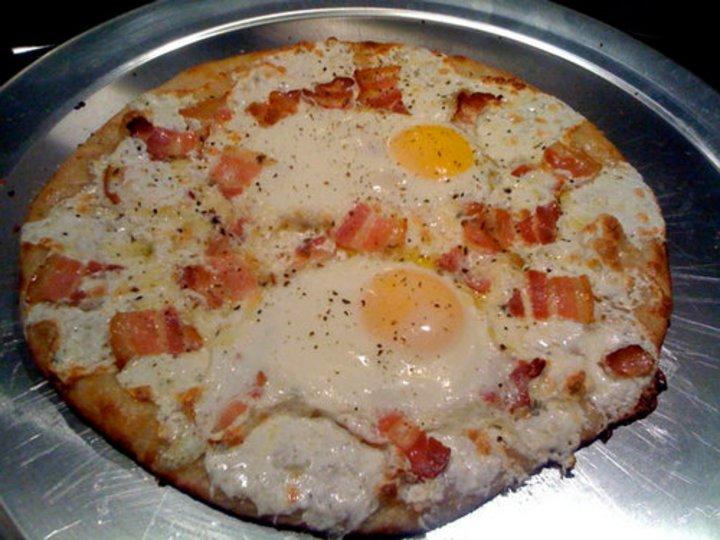Pizza med egg og pancetta