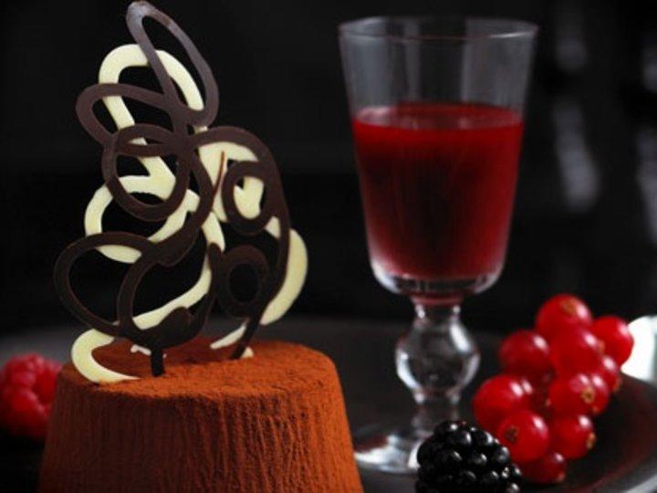 Sjokoladepanna cotta med bringebærsaus og friske bær