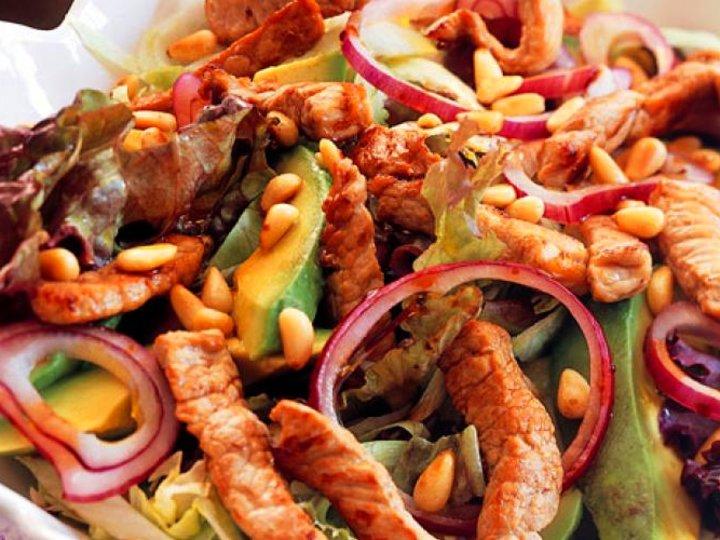 Avokadosalat med strimlet svinekjøtt