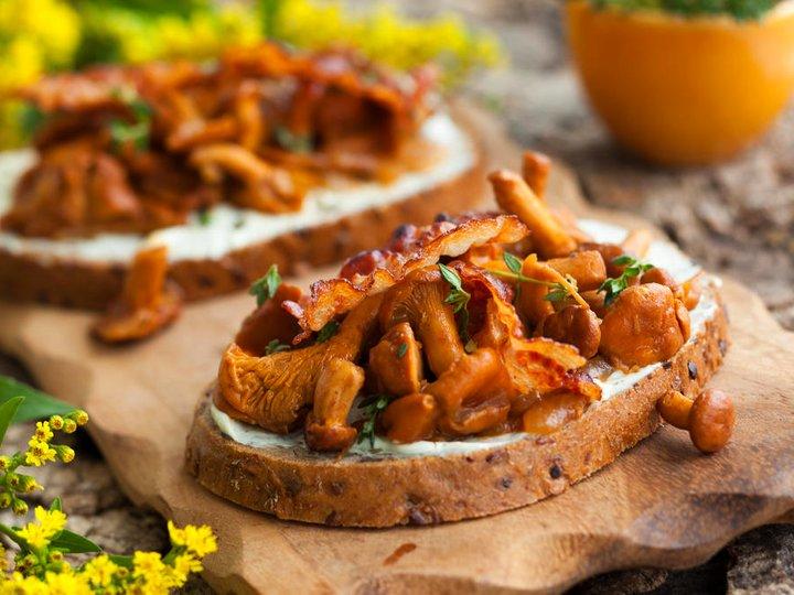 Stekte kantareller med løk, ost og bacon på brød