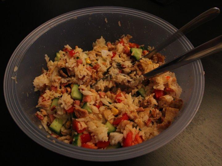 Kyllingsalat med ris og bacon
