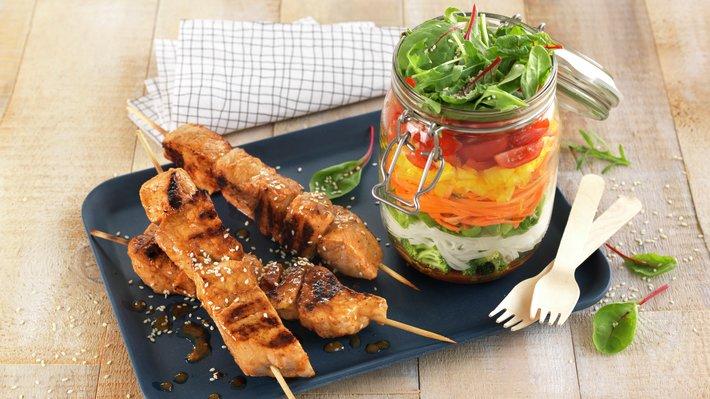 Grillspyd med svinekjøtt og salat i glass
