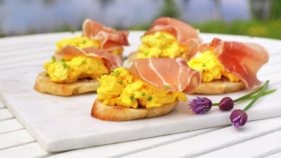 Bruschetta med egg og spekeskinke
