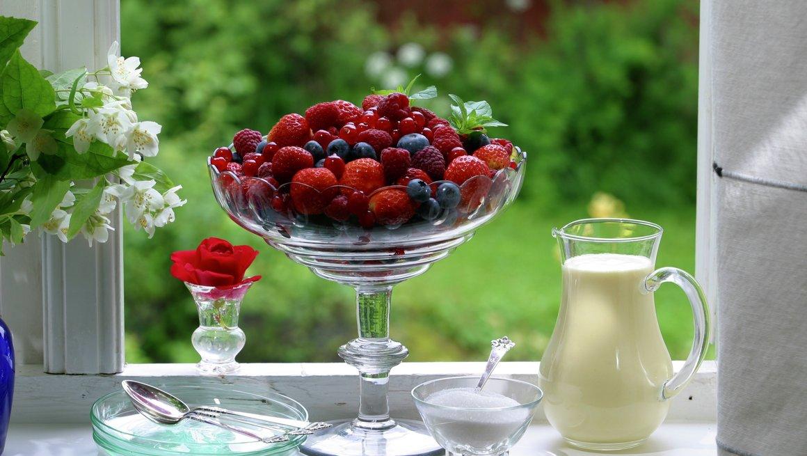 Friske bær med vaniljesaus
