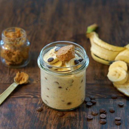 Kjøleskapsgrøt med banan, sjokolade og peanøttsmør