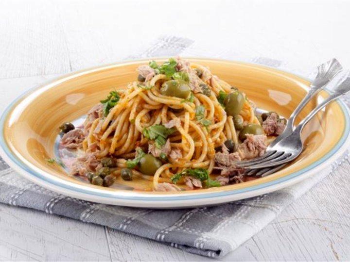 Pasta med tunfisk, kapers og oliven