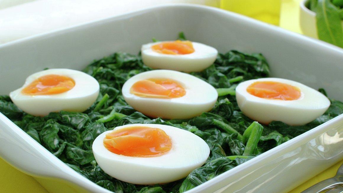 Egg på spinatseng