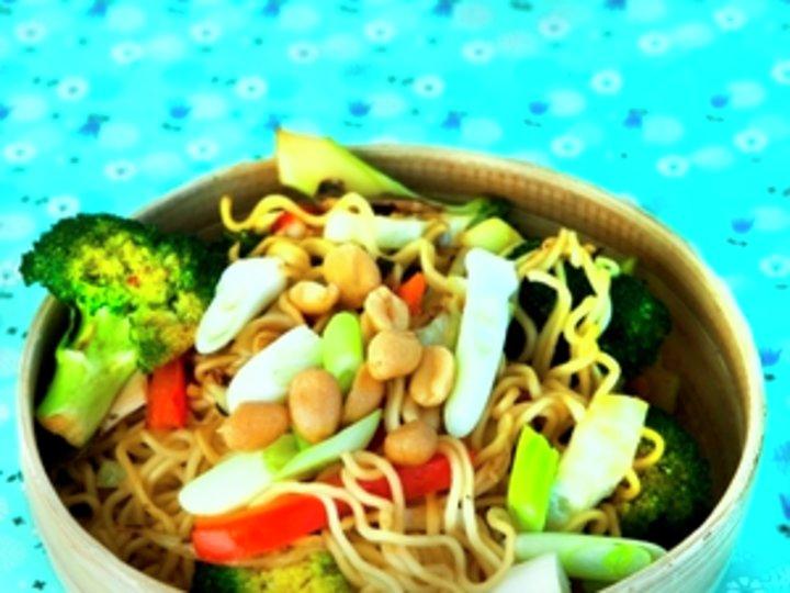Stekte nudler med grønnsaker og lime