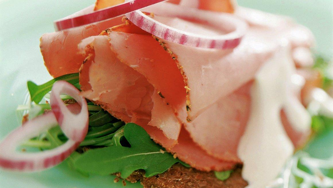 Dansk rugbrød med pastrami, løk og pepperrotkrem