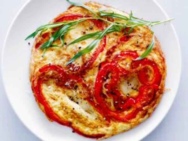 Omelett med rød paprika, parmesan og estragon