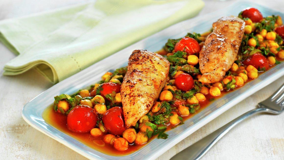 Kyllingform med kikerter og tomat