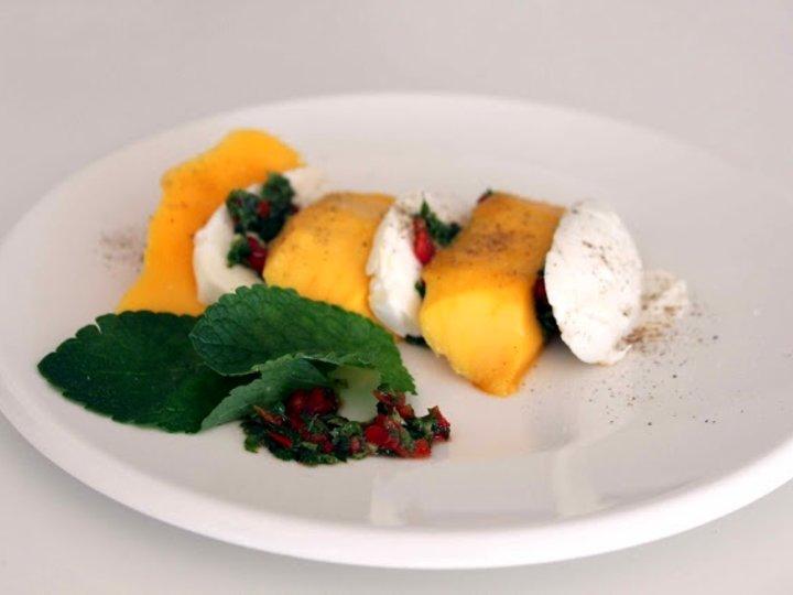 Spicy forrett med mango og mozzarella